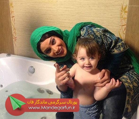 عکس تینا آخوند تبار در وان حمام بایک دختر بچه لخت