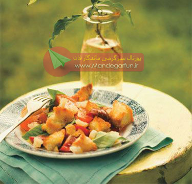 سالاد گوجهفرنگی و خرده نان