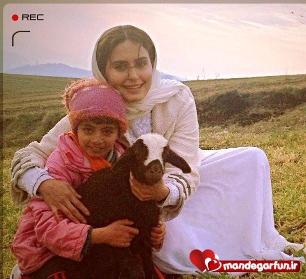 عکس جالب الناز شاکردوست در کنار یک دختر روستایی