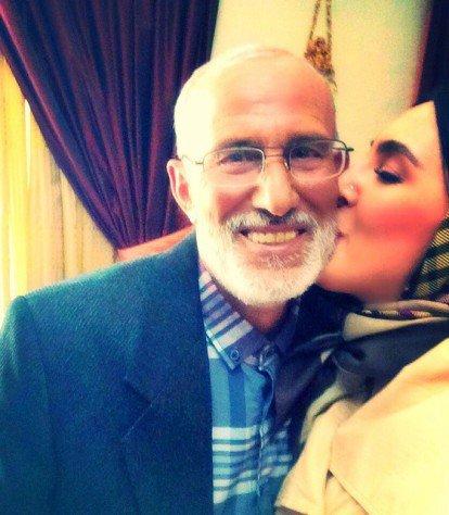 بوسیدن لیلا بلوکات  پدرش را / عکس